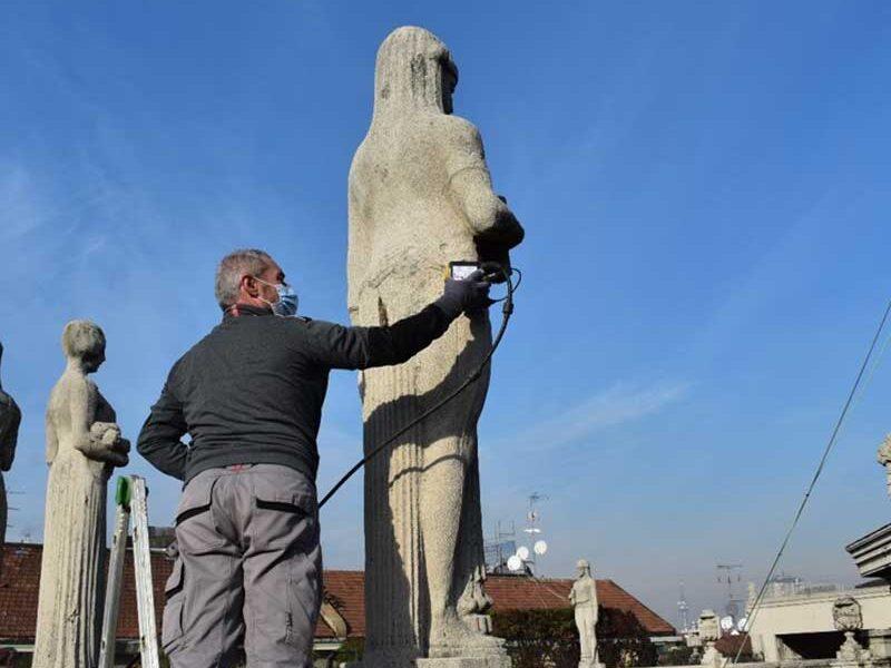 interventi restauro statue palazzo milano